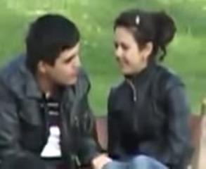 Молодая пара узбеков сидят в парке UZBAK.RU