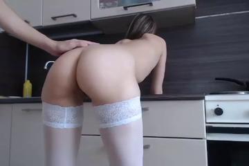 Молодая пара занимаются сексом на кухне