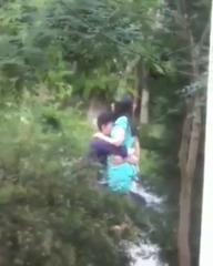 Возбуждённая парочка обнимаються на парке UZBAK.RU