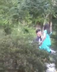Возбуждённая парочка обнимаються на парке