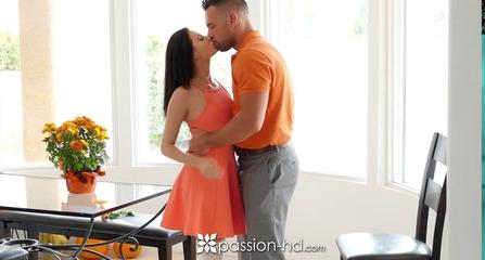 Мужественный любовник брюнетки трахает в доме пока муж на работе UZBAK.RU